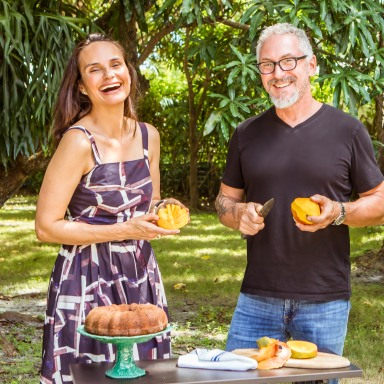 photo of Geane Brito and Michael schwartz holding a mango