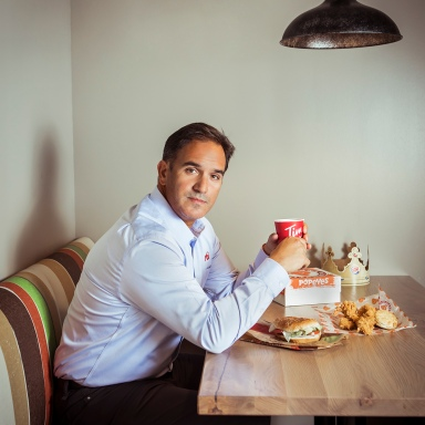portrait-photography-of-RBI-CEO-Jose-Cil-with-fast-food